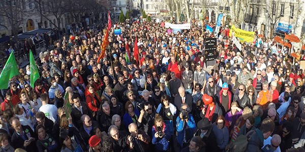 foule_une_manif_boues_rougesW